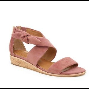 Wedge sandal with bow NWOB